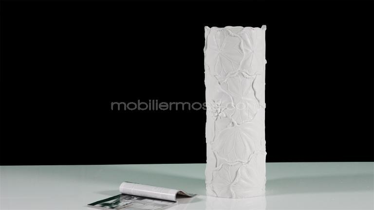 grand vase design blanc relief fleuri longilla achetez chez moss mobilier moss. Black Bedroom Furniture Sets. Home Design Ideas