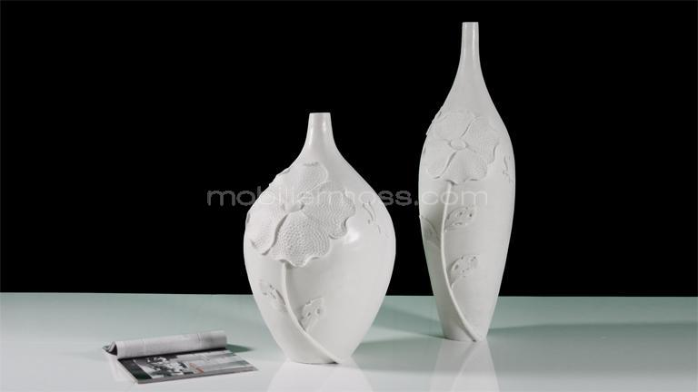 vase design blanc avec relief fleurs et papillon. Black Bedroom Furniture Sets. Home Design Ideas